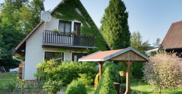 pohled na chatu a okolní zeleň