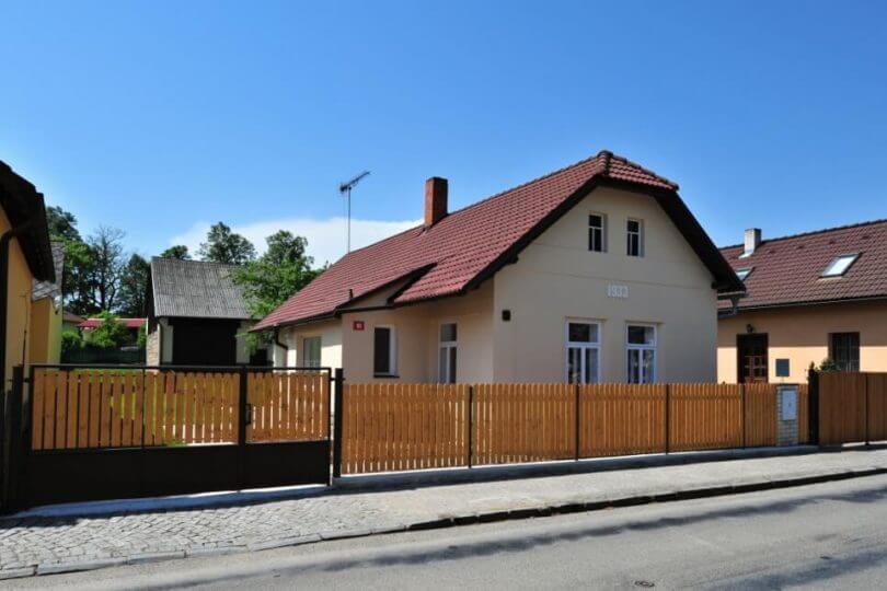 rodinný dům, silnice, plot, vjezd na pozemek