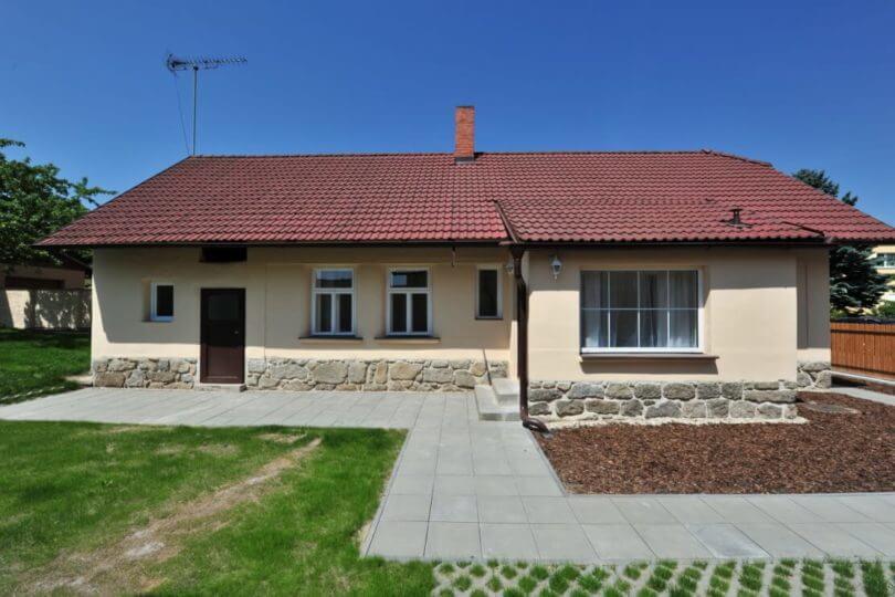 rodinný dům, chodník, trávník