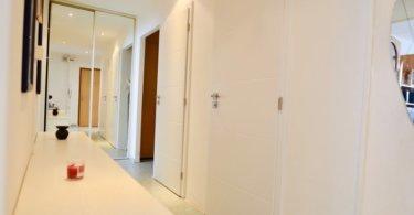 předsíň, bílé dveře a zrcadlová skříň