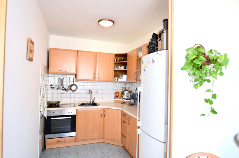 kuchyňský kout vybavený zánovní kuchyňskou linkou, trouba, dřez a lednice