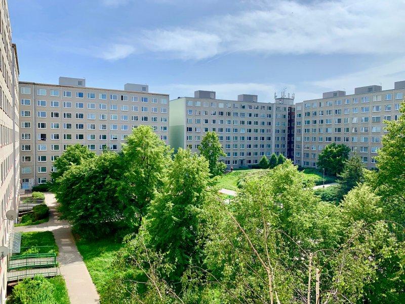 výhled na zeleň ve vnitrobloku, panelové domy