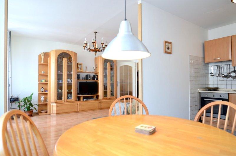jídelní kout, vysocí světlo, obývací stěna