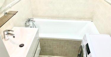 koupelna s vanou, pračka, umyvadlo a zrcadlo