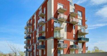 novostavba bytového domu, modrá obloha