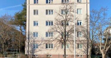 klandr, cihlový dům, stromy a veřejné osvětlení