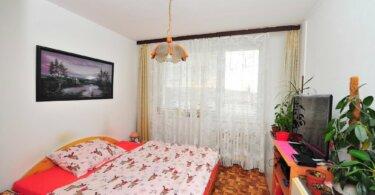 ložnice s manželskou postelí, obraz na zdi