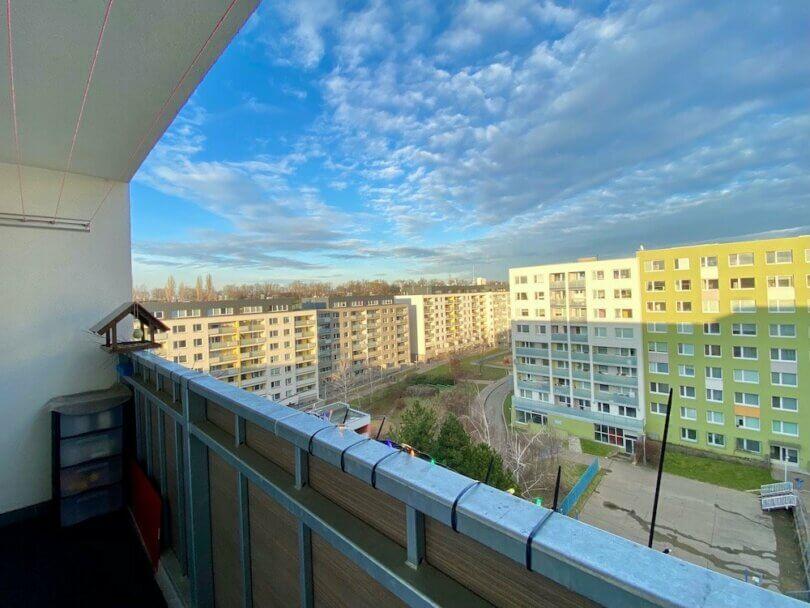 lodžie, s výhledem do vnitrobloku, modrá obloha a mraky