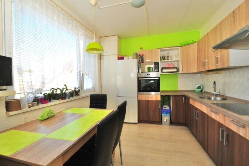 kuchyňská linka s lednicí troubou a dřezem