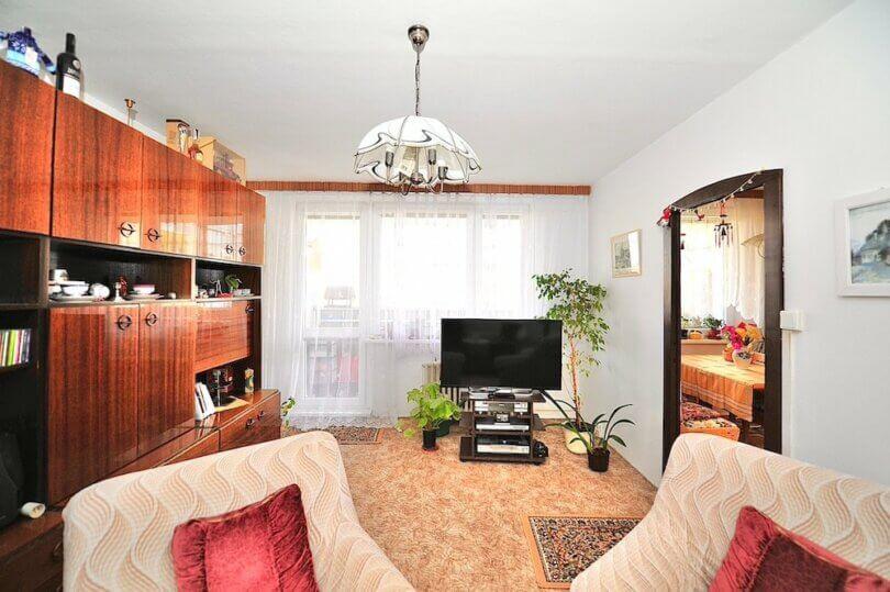 obývací pokoj s obývací stěnou, televize, okna a dveře do sousedního pokoje