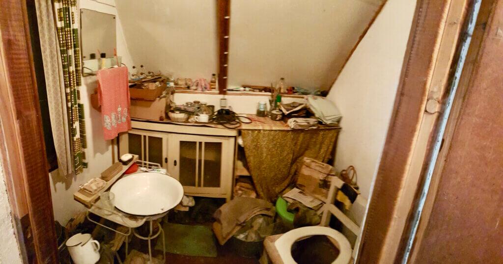 podkrovní místnost plná nepořádku a haraburdí