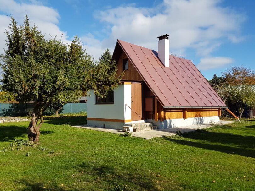 rekreační chata na rovném pozemku, před chatou strom